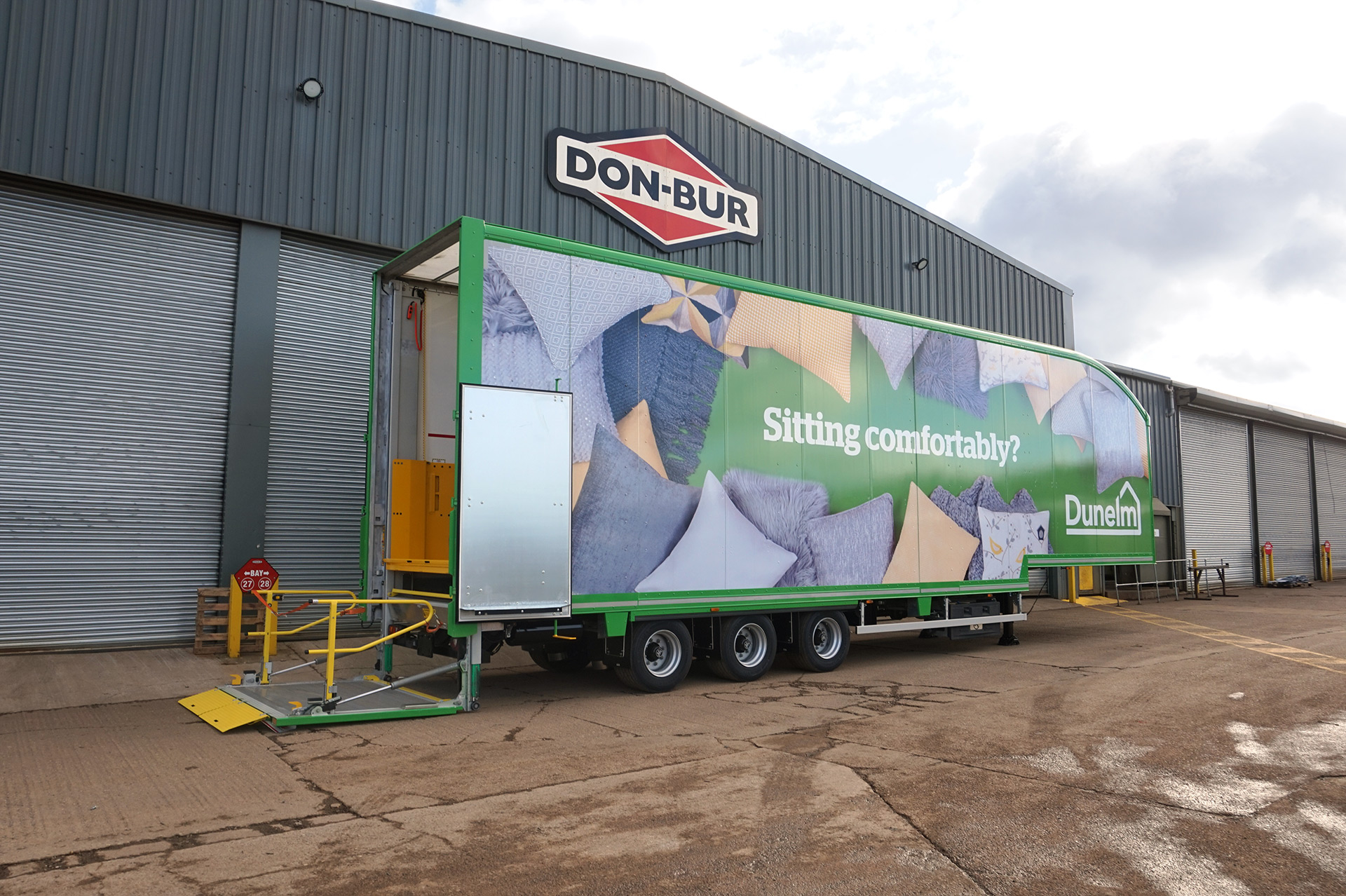 Lifting Deck Trailer With Two-Tier Tail-Lift